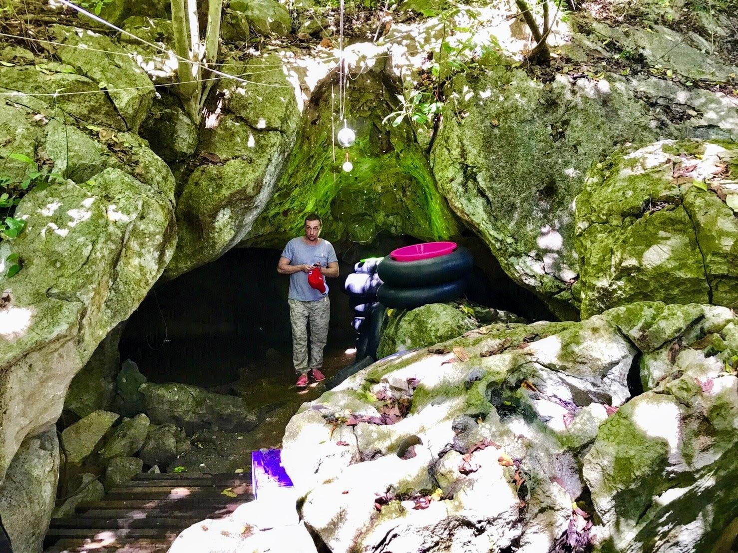 Сплав в жилетах по подземной реке во время тура «Следопыт»