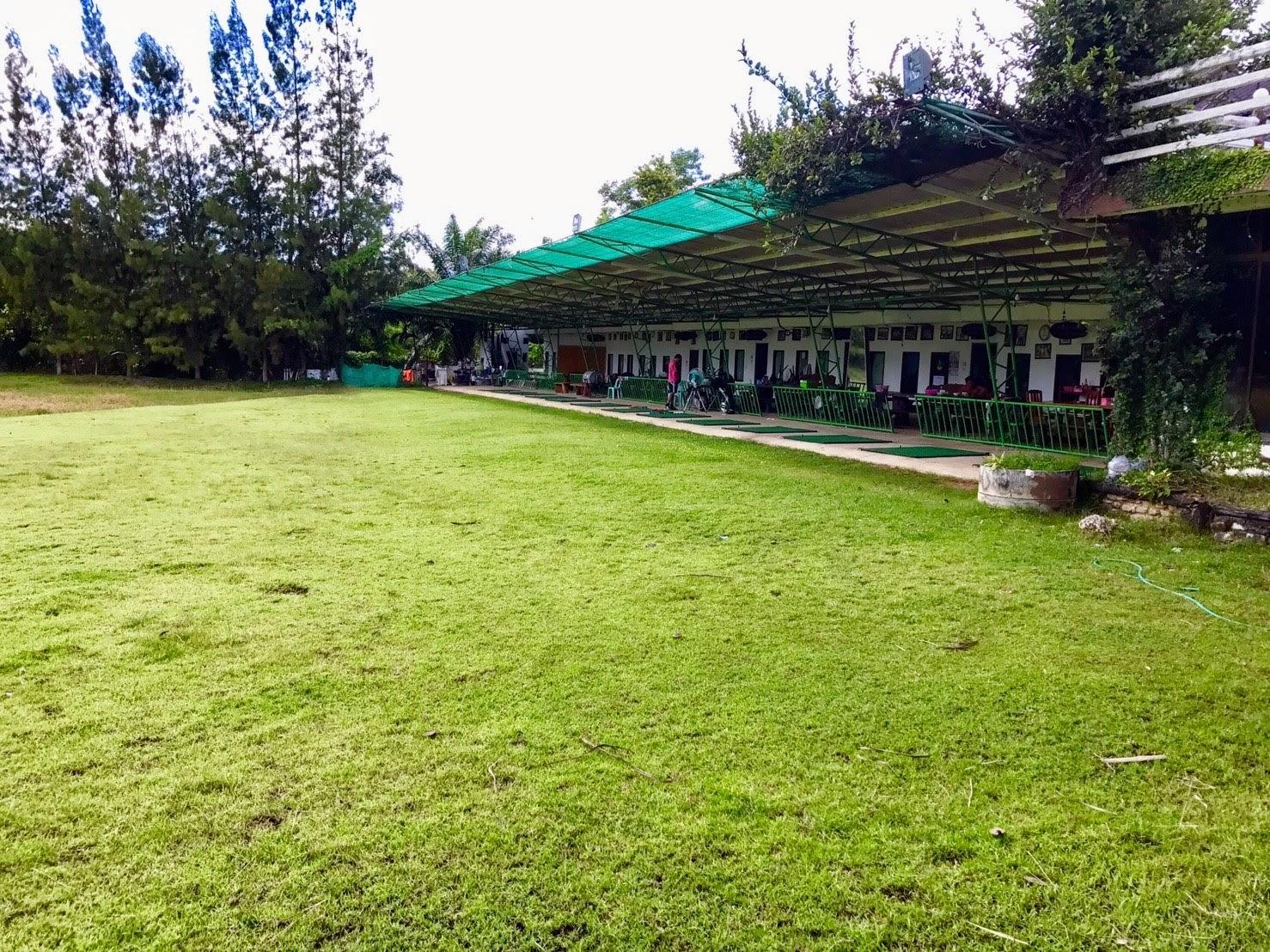 Поле для гольфа в джунглях в тайской провинции Сакэу